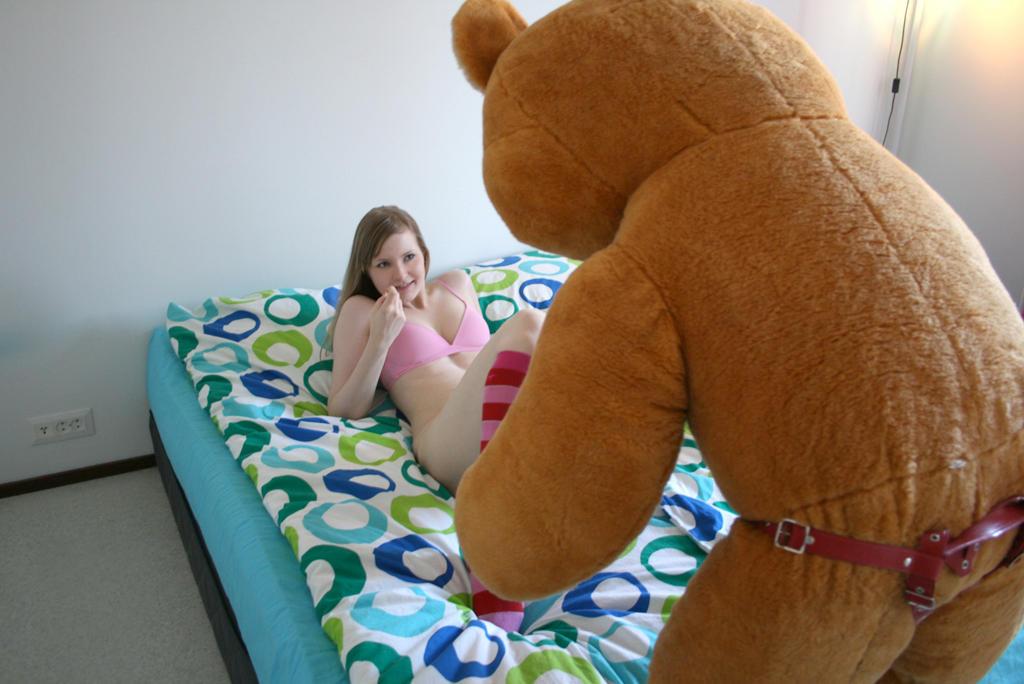 Плюшевая игрушка трахает девушек