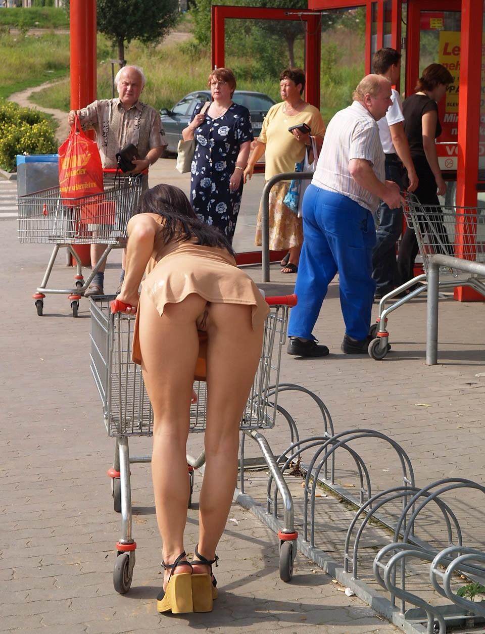 Фото под юбкой девушки без трусов под платьем видны