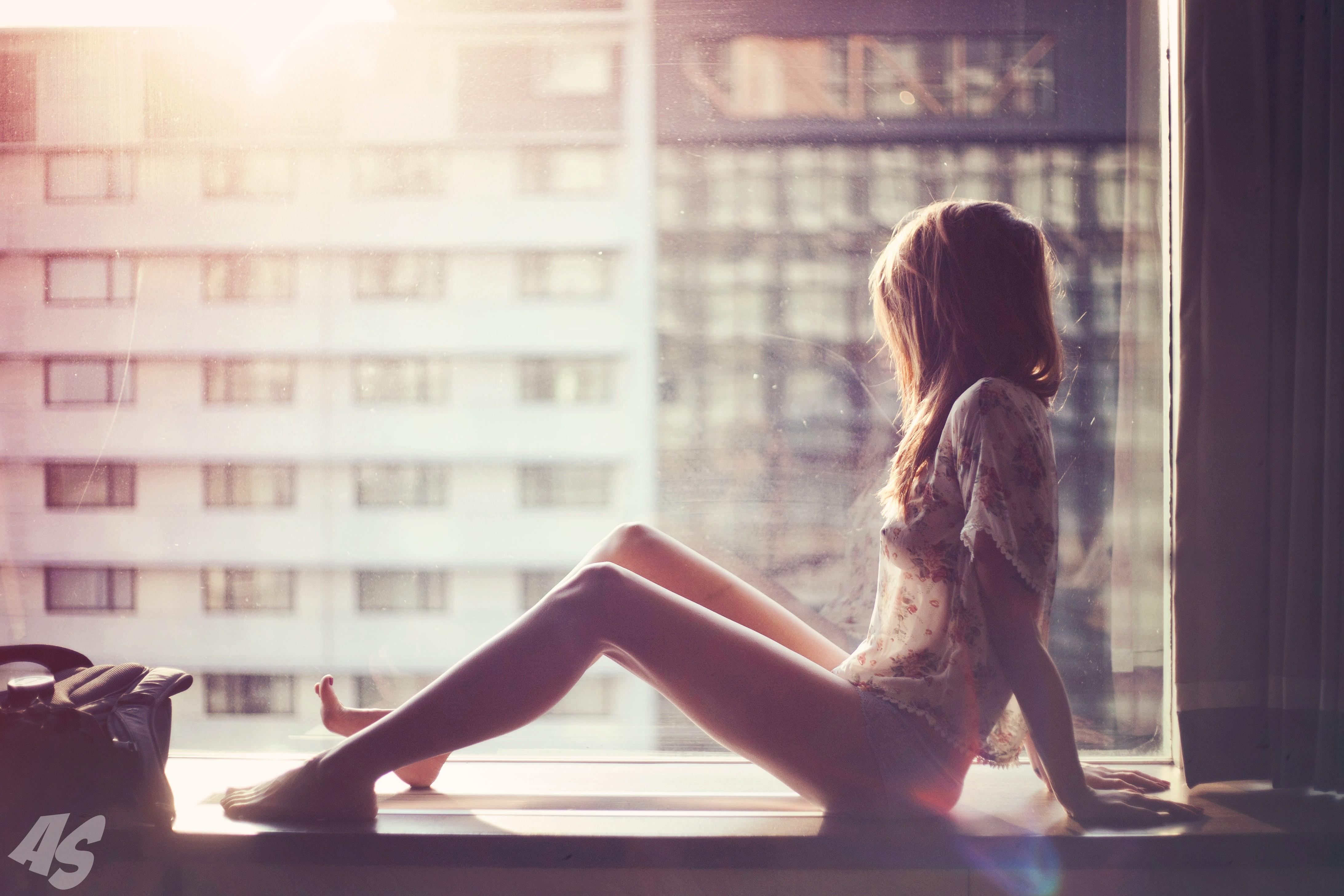 Фото девушки сидящей в окне спиной 5 фотография