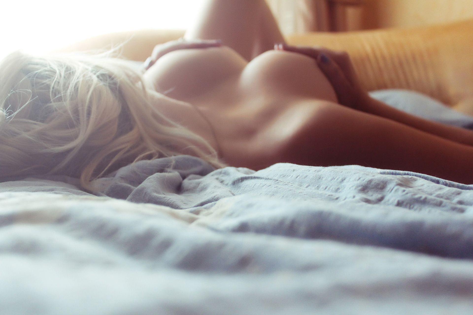 Сиськи в постели